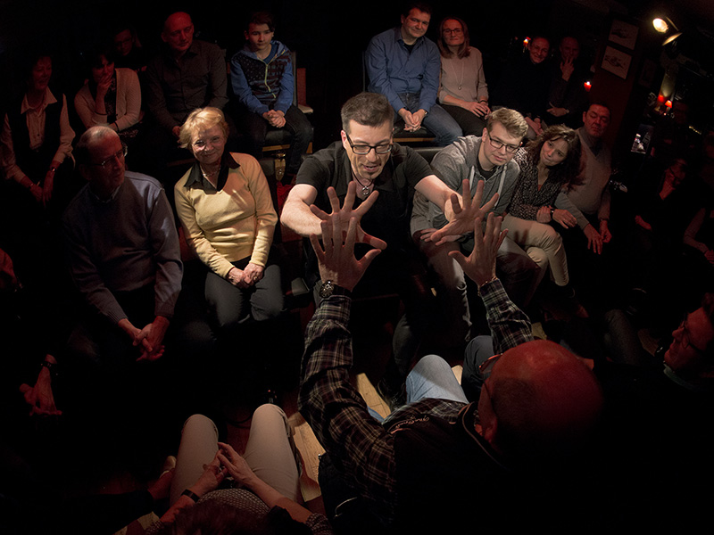 Stefan Kirschbaum zaubert mit Zuschauer